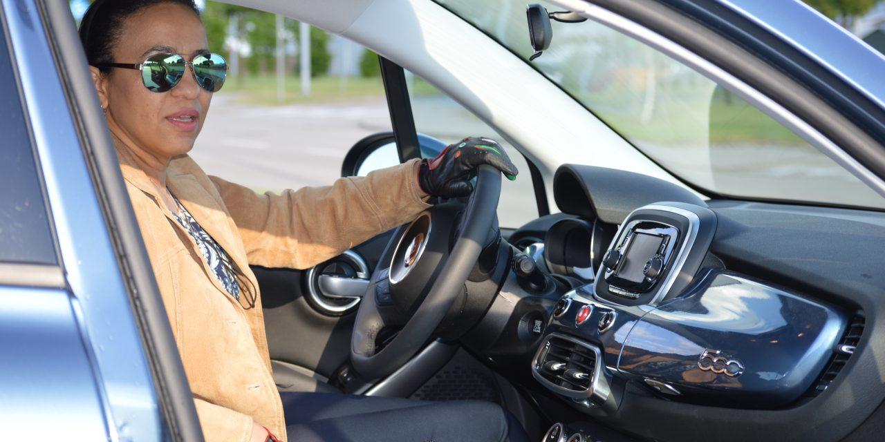 Miejskie auto, multimedia i … kobieta za kółkiem.
