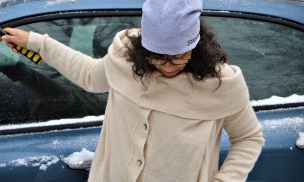 Sweter, spodnie w kwiaty i pierwszy śnieg